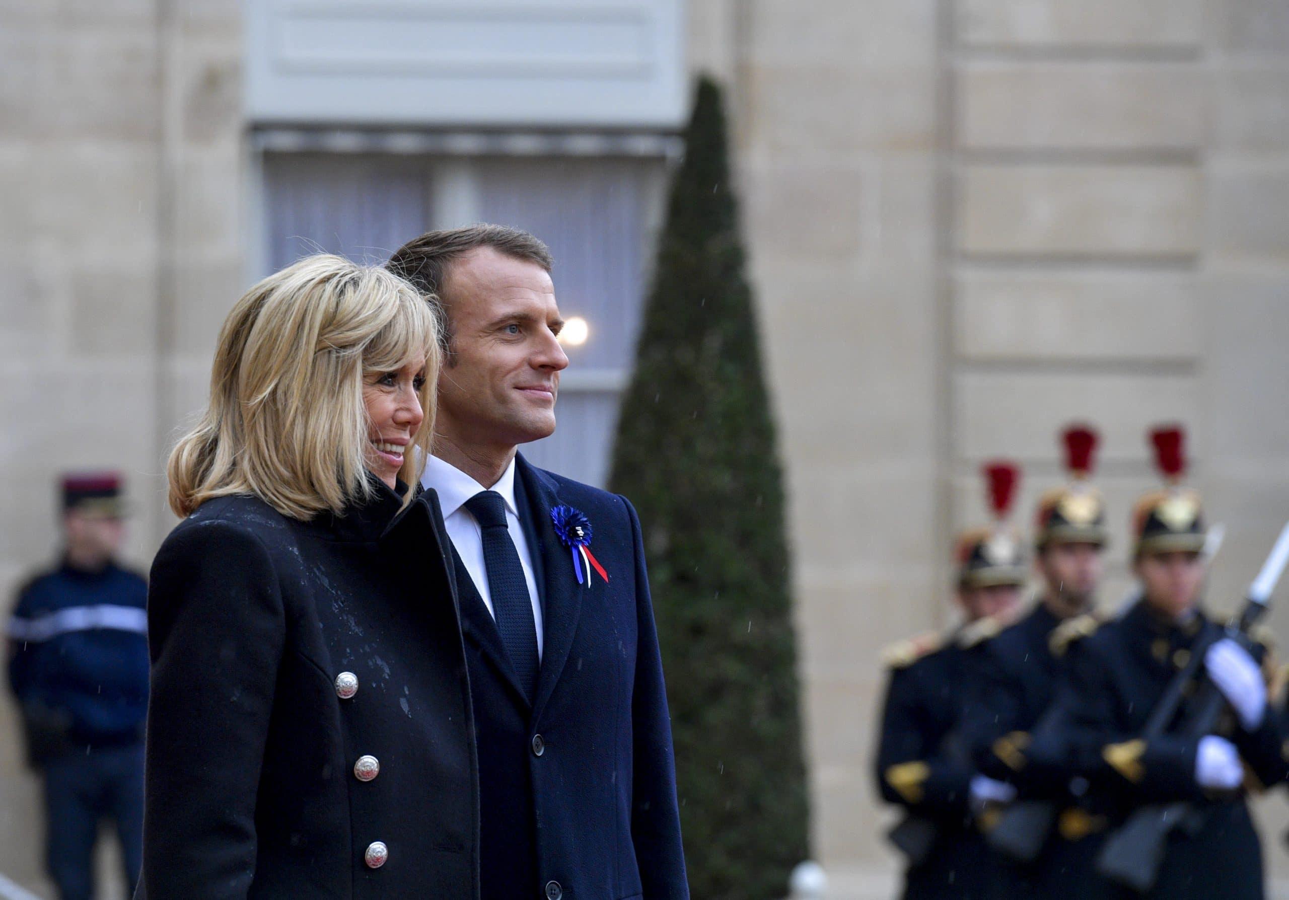 Brigitte Macron parle avec Didier Raoult