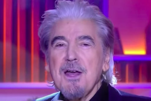 Serge Lama chante sur un plateau télé