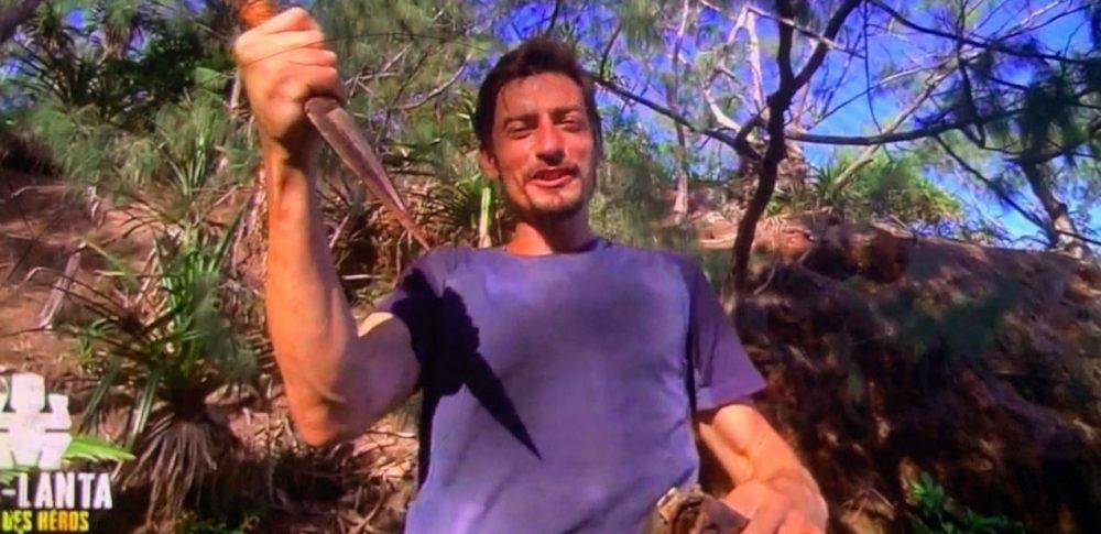 Claude trouve le poignard et se qualifie pour les poteaux