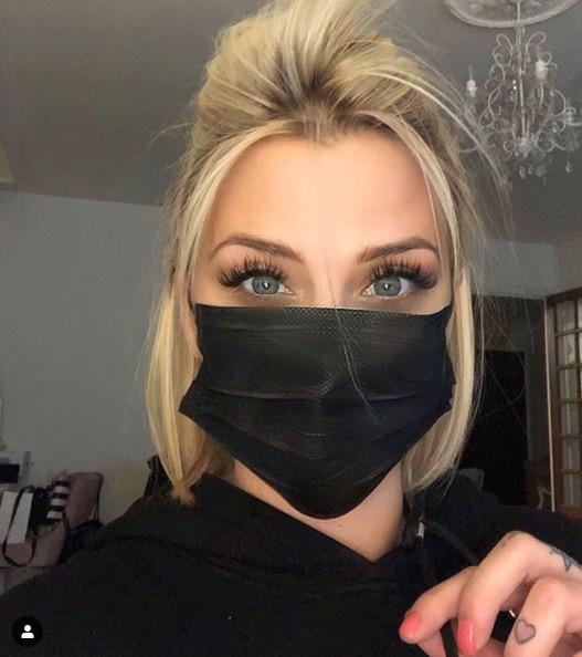 Kelly Vedovelli porte un masque