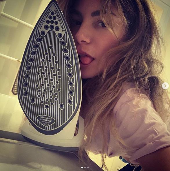 Lola Marois embrasse son fer à repasser