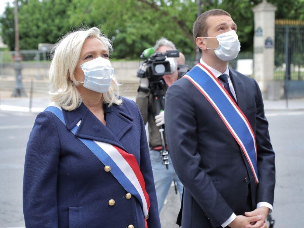Marine Le Pen fête le 1er Mai en déposant des fleurs devant la statue de Jeanne d'Arc