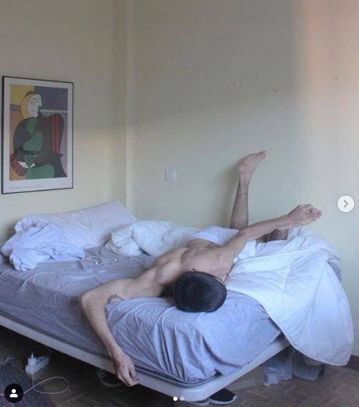 Omar Ayuso sur son lit