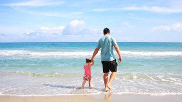 Pere de famille sur la plage