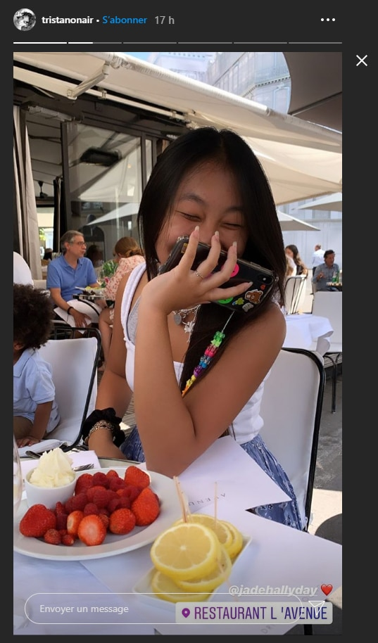 Jade Hallyday partage un restaurant avec un beau gosse de 19 ans