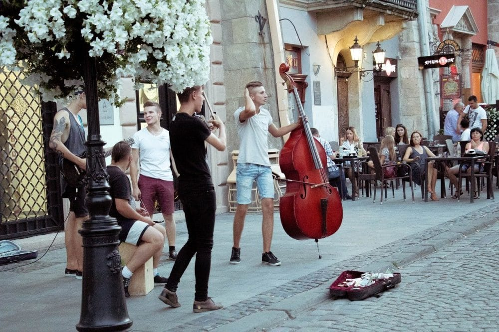 Les rassemblements et concerts sont interdits dans les rues