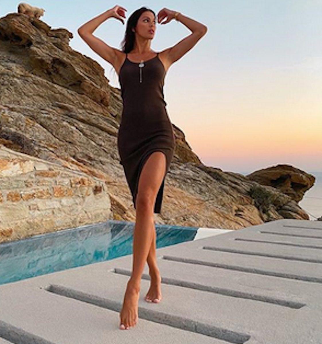 Iris Mittenaere affole la toile allongée en bikini près de l'eau au coucher du soleil