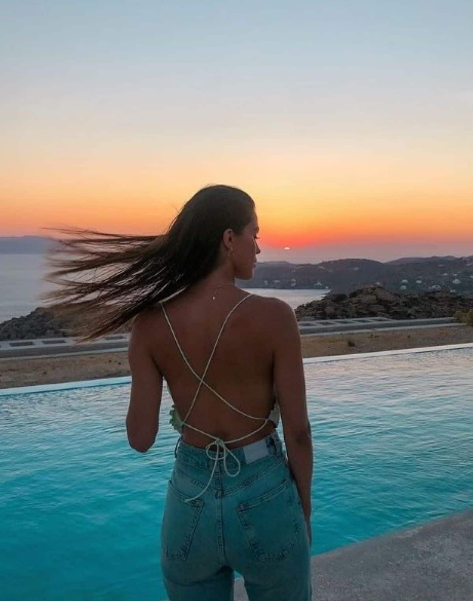 Iris Mittenaere torride en bikini en vacances en Grèce avec son petit chien !