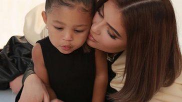 Kylie Jenner en mode déesse main dans la main avec sa fille Stormi sur Instagram !