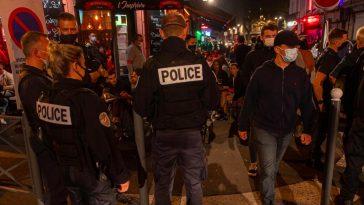 Police devant un bar
