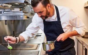 Tous en cuisine : Une question indiscrète de Camille Cerf met Cyril Lignac mal à l'aise !